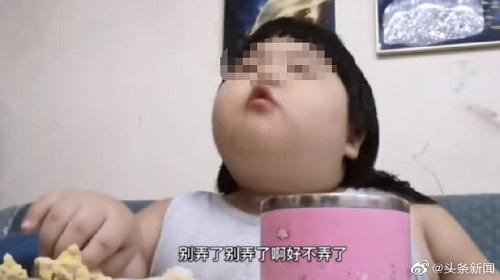 Hình ảnh cô bé 3 tuổi bị bố mẹ ép ăn để quay video kiếm tiền. Ảnh: weibo.