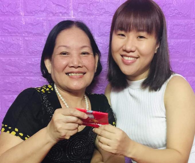Kim Long và mẹ chồng trong dịp sinh nhật lần thứ 31 của chị. Từ khi yêu nhau, Kim Long đã quý mẹ chồng vì bà hiền lành, tâm lý. Nhà nghèo nhưng cuối tuần, biết anh Nhân đi chơi với bạn gái là mẹ lại cho tiền, Long cười nhớ lại. Ảnh: Nhân vật cung cấp.