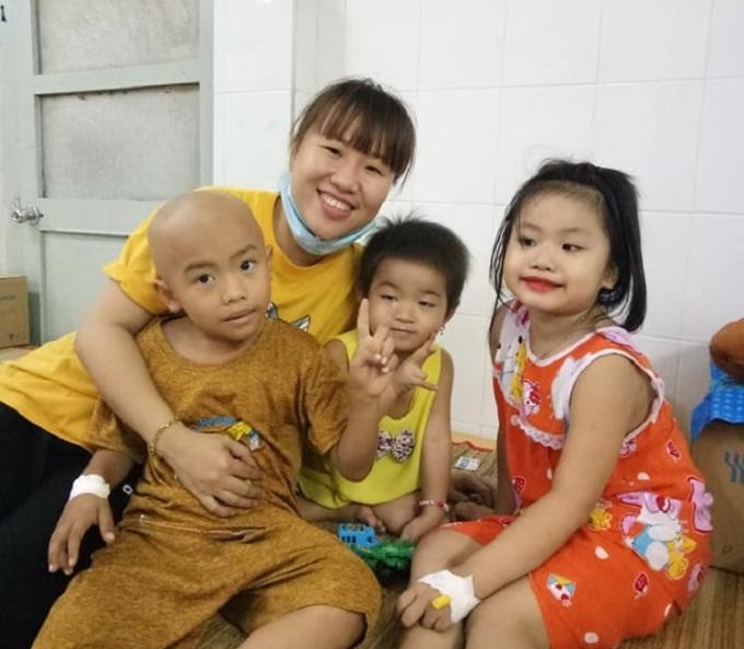 Chị Kim Long đến tặng bánh bao chay miễn phí cho các bé tại bệnh viện Ung Bướu TP.HCM ngày 1/8/2020- nơi ngày xưa mẹ chồng chị từng điều trị. Ảnh: Nhân vật cung cấp.