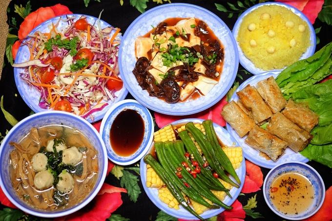 Mâm cơm gồm: Salad rau quả, Đậu bắp kho tương, Đậu sốt sa tế Tứ Xuyên, Chả giò mít non, Canh măng thịt viên, Xôi xéo hạt sen. Ảnh: Hoa Anh.