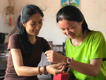 Chị Vũ Thị Dung trao quà tặng cho bạn Nguyễn Thị Thường, một trong những người con của Khát Vọng vừa nhận được hỗ trợ tài chính 2,2 tỷ đồng cho bốn năm học tại Đại học Fulbright.  Ảnh: Hải Hiền.