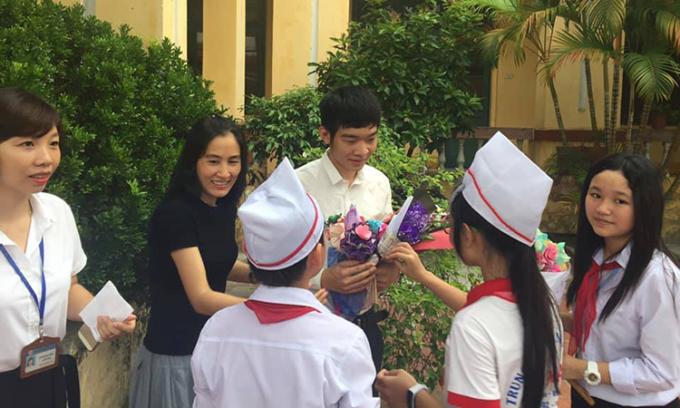 Chị Vũ Thị Dung cùng bạn Trần Việt Hoàng trong buổi nói chuyện truyền cảm hứng tại một trường THPT tại Huế năm 2019. Ảnh: Nhân vật cung cấp.