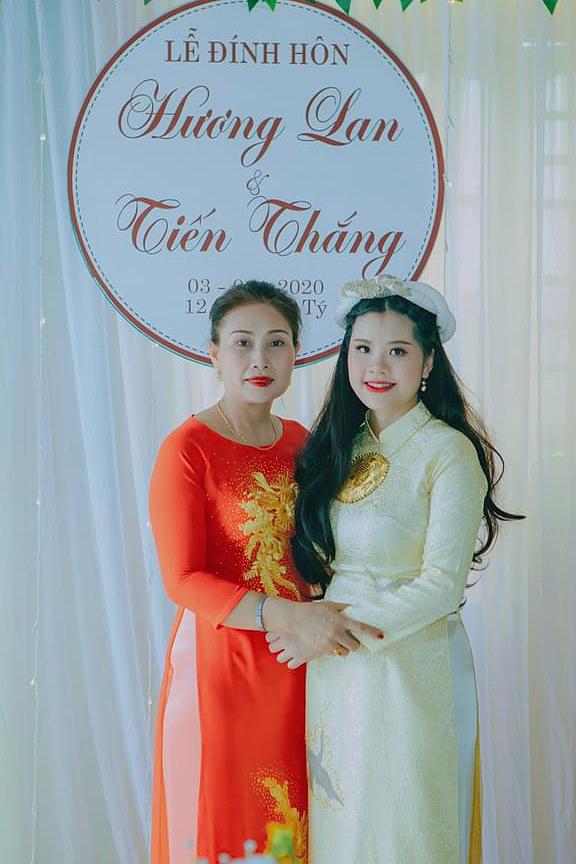 Hương Lan chụp chung với mẹ chồng trong buổi lễ đính hôn tại nhà cô ở Quảng Bình. Ảnh: Nhân vật cung cấp.