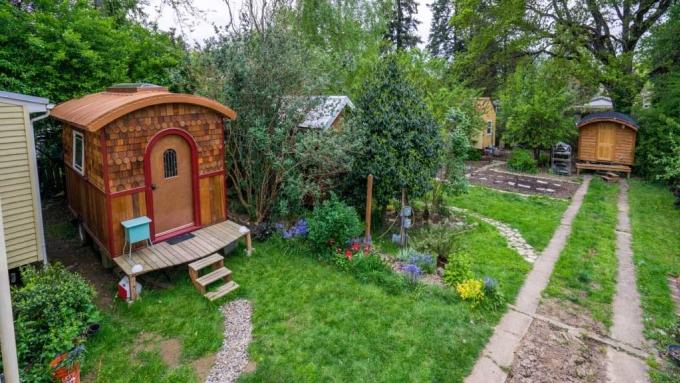 Nhà của LInda nằm trong một cộng đồng có 4 ngôi nhà nhỏ. Ảnh: CBC.