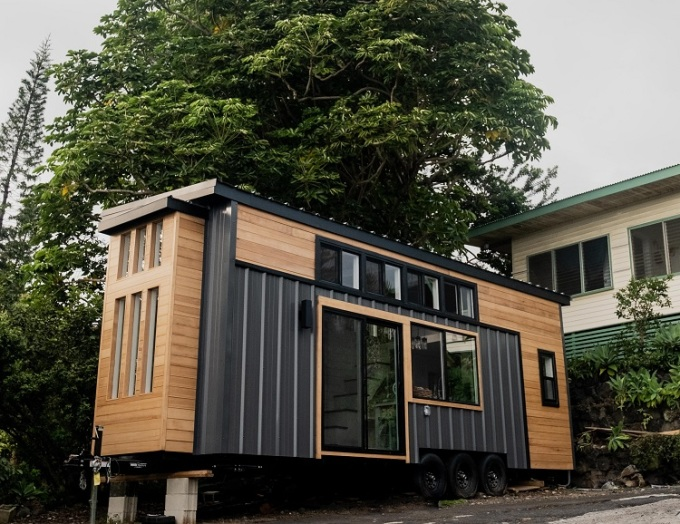 Ngôi nhà được thiết kế trên xe kéo có tổng cộng 11 cửa sổ lớn, nhỏ. Ảnh: Businessinsider.