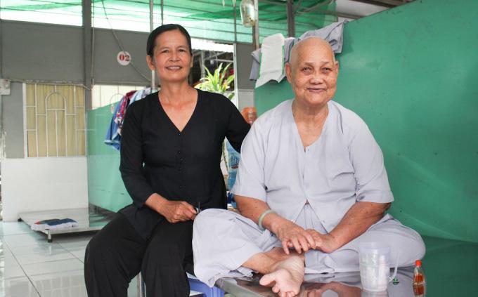 Bà Nguyễn Thị Bảy, 70 tuổi quê ở Cần Thơ là người còn minh mẫn nhất trong 76 người đang ở tại mái ấm. Bà Bảy chỉ có duy nhất một người cháu ngoại lấy chồng ở Nha Trang, 3 năm trước bà bị gãy chân, người cháu không thể chăm sóc ngoại nên gửi bà vào mái ấm. Khoảng một năm nay bà Hồng không còn liên lạc được với người cháu nữa. Ảnh: Diệp Phan.