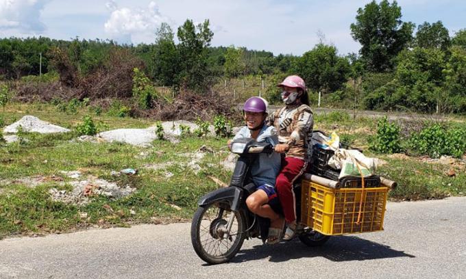 Hai vợ chồng anh Cường, chị Thư hàng ngày vẫn chở dưa đi giao khắp nơi tại Đà Nẵng. Ảnh: Nhân vật cung cấp.