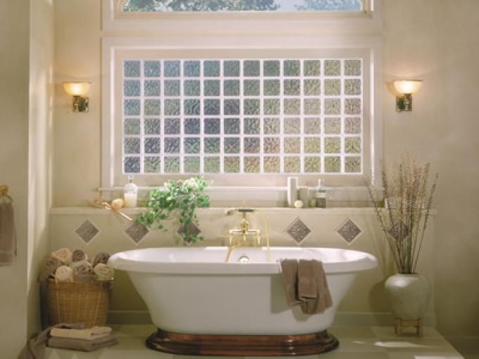 Tông màu tường vàng nhạt giúp không gian tắm ấm áp. Cửa sổ kính mờ mang đến sự riêng tư đồng thời giúp đón ánh nắng vào ban ngày, giúp phòng tắm khô thoáng. Trong phòng, đèn treo tường, vòi nước màu vàng tạo điểm nhấn cho không gian.