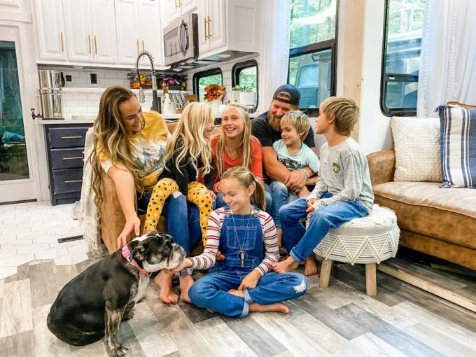 Vợ chồng Brittnee và 5 con. Ảnh: Brentt Proha.