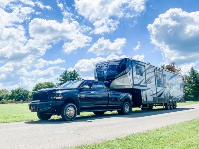 Không gian sống của gia đình 7 người là chiếc xe kéo. Ảnh: Brentt Proha.