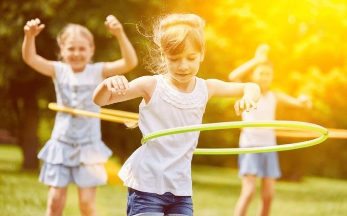 Các hoạt động thể chất cho trẻ cũng quan trọng như ăn uống. Ảnh: Raisingchildren.