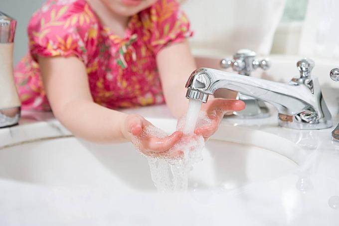 Rửa tay ít nhất 20 giây dưới vòi nước chảy. Ảnh: Verywell Family.