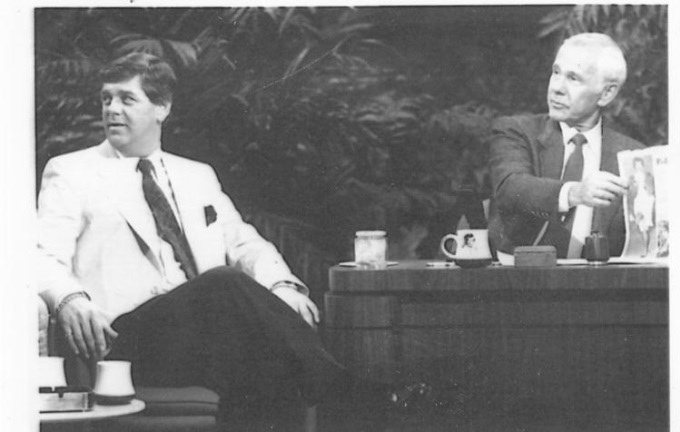 Steve Jenne, người gốc Sullivan, bên trái, được mời xuất hiện trong Tonight Show năm 1988 cùng Johnny Carson để thảo luận về chiếc bánh sandwich mà ông lấy được vào năm 1960 trong chuyến thăm của phó tổng thống Richard Nixon khi đó đến Sullivan. Ảnh: CARSON ENTERTAINMENT GROUP.