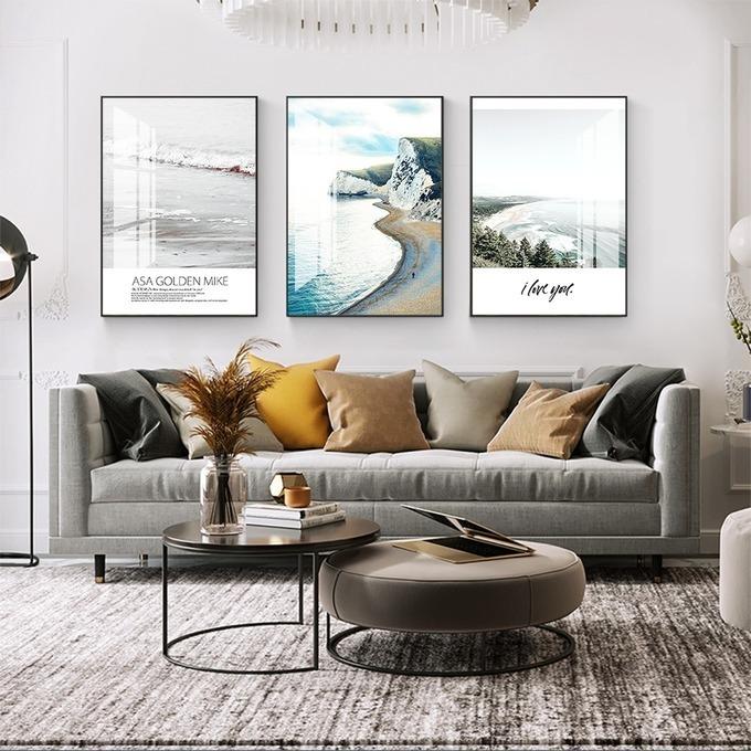 Cùng mức giá 629.000 đồng, tranh treo tường với hình ảnh thiết kế theo phong cách The Nordic mang lại vẻ tươi sáng cho gian phòng khách hoặc phòng làm việc nhà bạn. Trên tranh còn in chữ và một số câu trích dẫn ý nghĩa, phù hợp với gia chủ thích đọc sách hoặc theo phong cách tối giản.