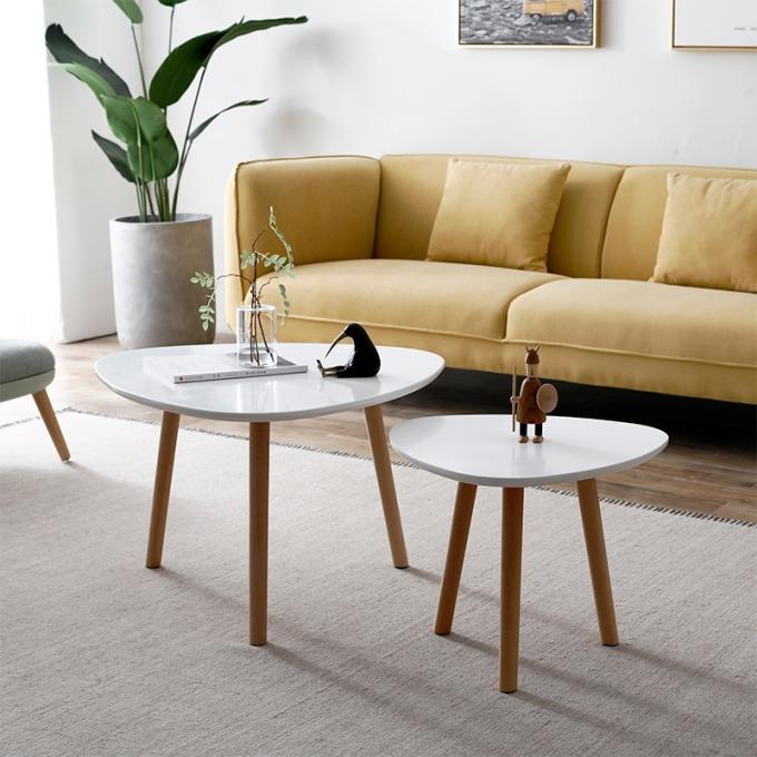 Combo hai bàn cà phê, một bàn cao 49 cm, bàn nhỏ cao 45 cm. Chất liệu gỗ MDF phủ melamin cho bề mặt dễ dàng vệ sinh, chống xước và chống nước. Chân bàn gỗ sồi chống mối mọt. Thiết kế đơn giản, dễ kết hợp cùng các nội thất khác. Bộ sản phẩm có giá giảm 49% còn 448.000 đồng (giá gốc 886.000 đồng).