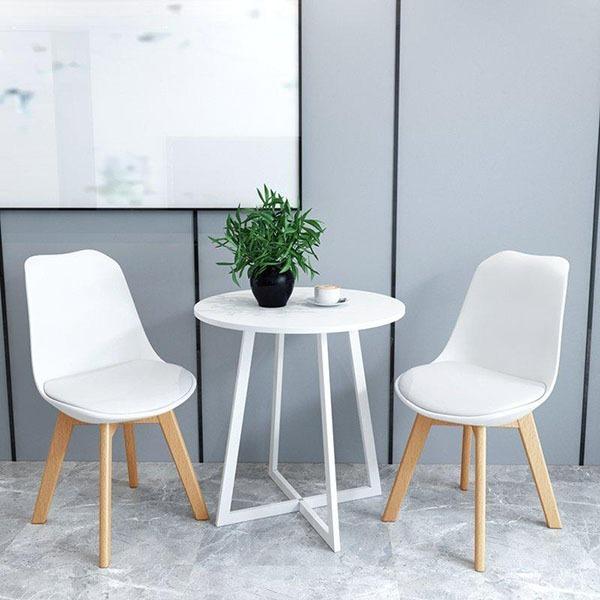 Ghế tựa  gc04 có lót mặt đệm êm ái, bọc da, dễ lau chùi. Chân ghế bằng gỗ sồi tự nhiên. Ghế có nhiều màu sắc cho bạn lựa chọn như đen, trắng, đỏ, vàng, xanh dương... Sản phẩm có giá 504.000 đồng.