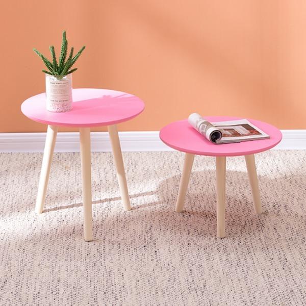 Vẫn là thiết kế ba chân cùng mặt bàn tròn tối giản, phiên bản màu hồng của bàn tròn sẽ giúp không gian nhà bạn thêm tươi sáng, trẻ trung, hợp với những cô gái trẻ. Bàn có thể tháo ráp, dễ di chuyển hoặc cất đi khi không dùng đến. Sản phẩm có giá 224.000 đồng, giảm 49% so với giá gốc.
