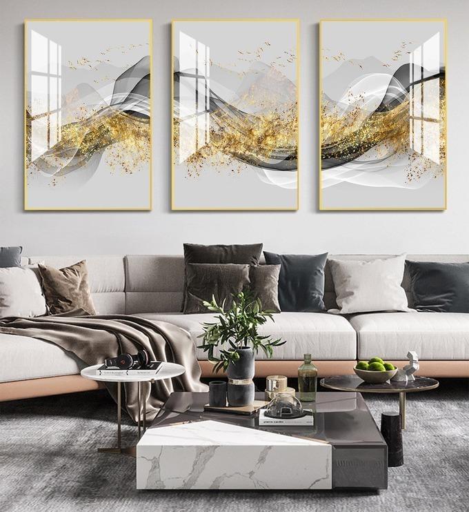 Công nghệ in UV giúp bộ sản phẩm tranh dải lụa vàng sắc nét và bền màu. Thiết kế mang tính nghệ thuật, tạo điểm nhấn cho không gian phòng khách. Bộ tranh gồm ba khung, có thể tách rời ra trưng ở nhiều nơi khác nhau đều được. Sản phẩm có giá 629.000 đồng, giảm 43% so với giá gốc.