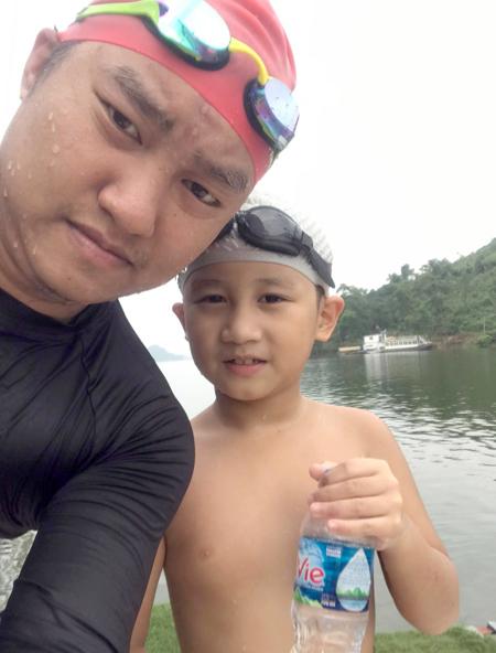 Hai bố con trong một lần bơi ở hồ Núi Cốc, Thái Nguyên. Ảnh: Nhân vật cung cấp.