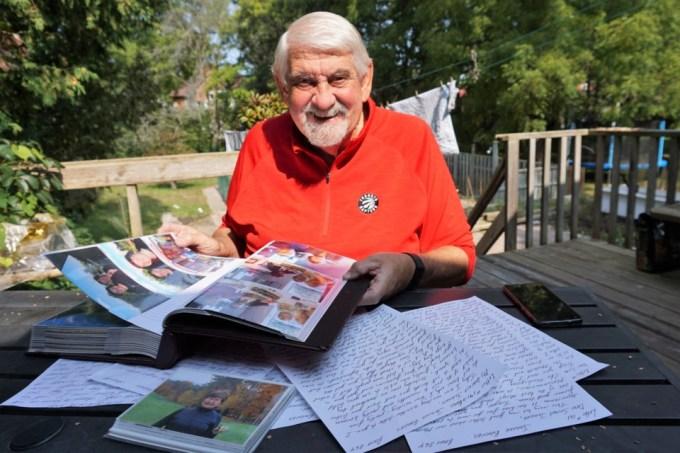 Brian bên những lá thư gửi cho vợ. Ảnh: Jessica Owen/ BarrieToday.