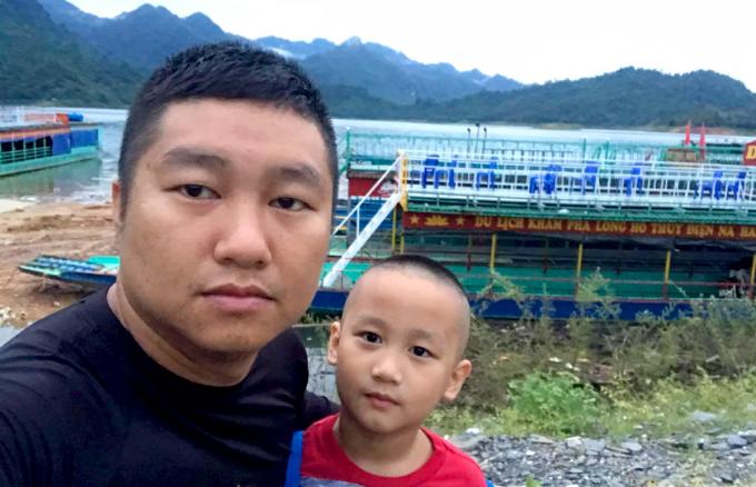 Anh Phương và con trai Ngọc Minh tại hồ thủy điện Na Hang trước khi xuống bơi, hôm 20/9. Ảnh: Nhân vật cung cấp.
