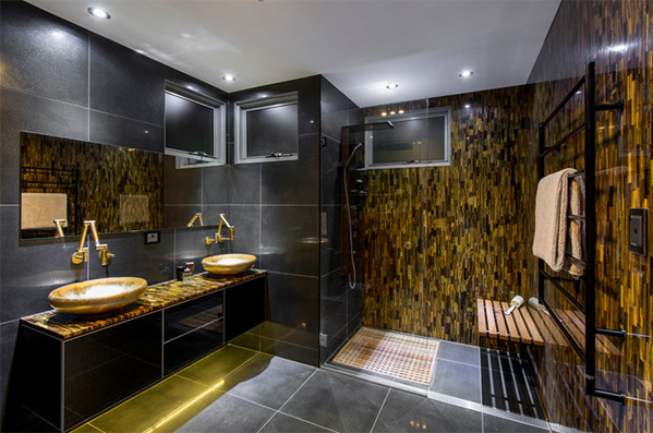 Màu vàng đem lại cảm giác sang trọng cho không gian, gia chủ thêm màu sắc cho phòng tắm bằng cách bố trí thiết bị nội thất, sơn tường. Mẫu phòng tắm trong ảnh thẩm mỹ, sắc vàng bố trí ở gạch ốp tường, khu vực chậu rửa.