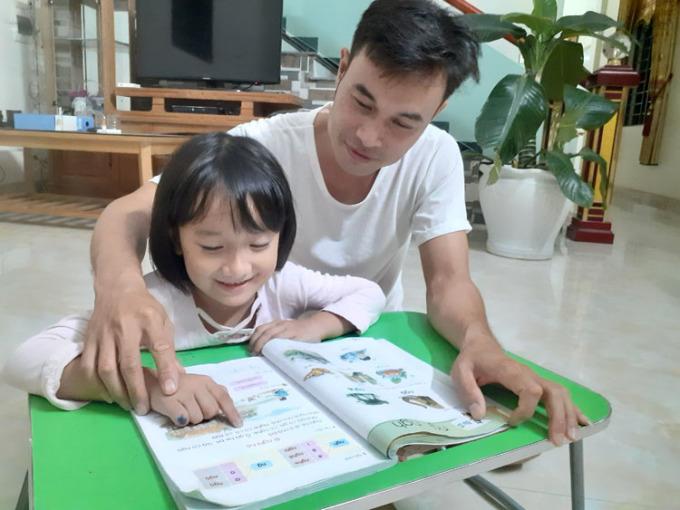 Đồng hành cùng con trong việc học tập là vô cùng quan trọng. Tuy nhiên, không phải phụ huynh nào cũng hiểu phương pháp, có kiên nhẫn để bên cạnh con. Ảnh: Thêm Hòa.