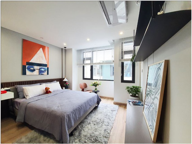 Phòng ngủ chính trên tầng 2 ngập ánh sáng tự nhiên.