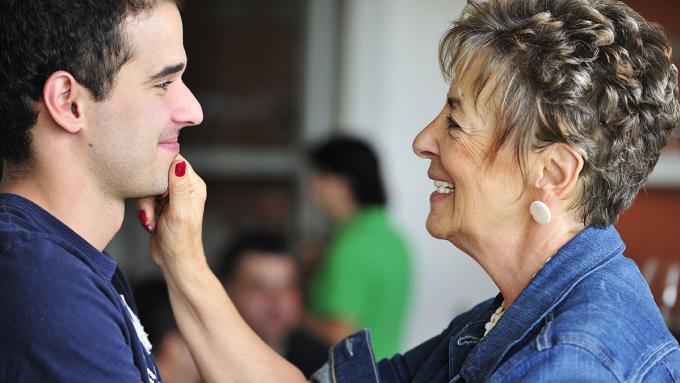 Những chàng trai trưởng thành vẫn chưa thoát ra khỏi vòng tay mẹ được cho là mắc Hội chứng Oedipus. Ảnh minh họa: The Parenting.