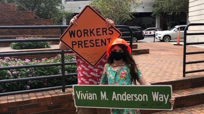 Cô bé nhận được tấm biển mình mong muốn kèm chữ ký của thị trưởng. Ảnh: Mary Anderson.