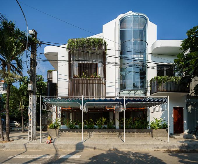 Khối lồng thang kính giúp gia chủ thỏa sức ngắm cảnh và tạo sự khác biệt cho căn nhà. Ảnh: Dũng Huỳnh.
