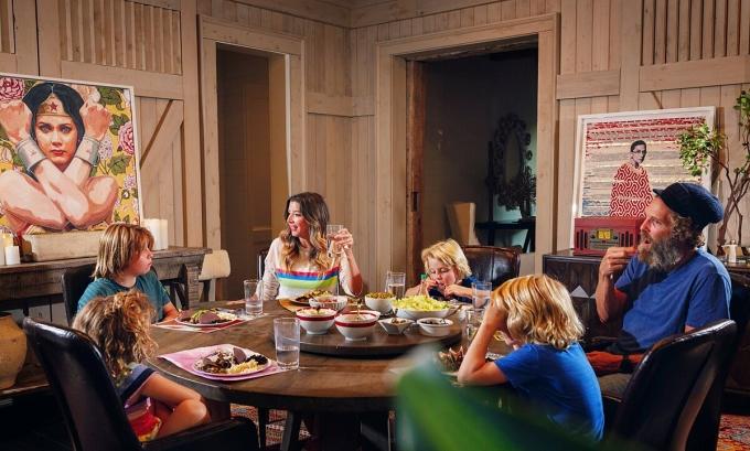 Vợ chồng Sara Blakely ăn tối với bốn con. Ảnh: Melissa Golden/The New York Times.