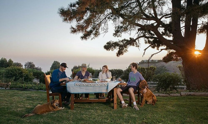 Gia đình Ethan cùng dùng bữa ở khu vườn sau nhà. Ảnh: Jessica Pons/The New York Times.