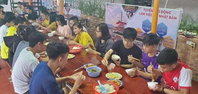 Các bạn sinh viên đang ăn cơm trong căn tin của công ty anh Lâm trưa ngày 12/10. Ảnh: Lê Lâm.
