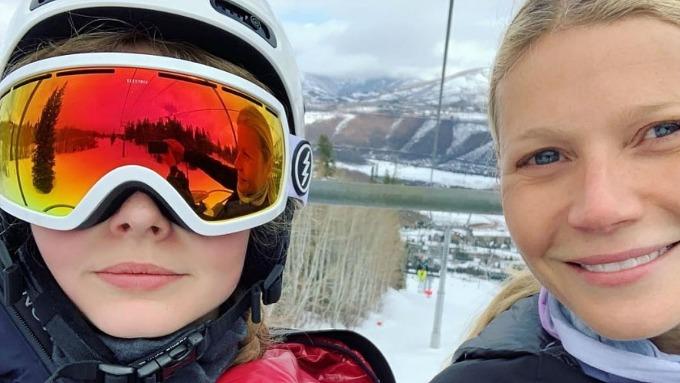Con gái  nữ diễn viên Gwyneth Paltrow (phải) đã phản ứng ngay khi mẹ đăng bức ảnh này lên mạng.