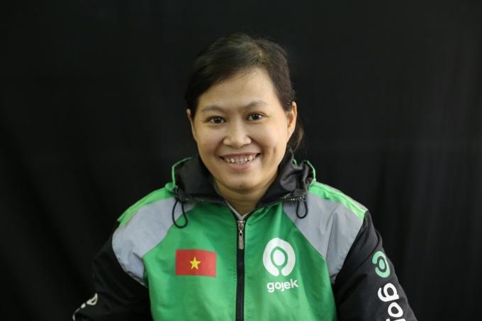 Chị Kim Lâm yêu thích công việc tài xế bởi tự do hơn, thu nhập ổn định. Ảnh: Thái Anh.
