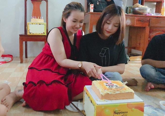 Gia đình hai cô gái đều xem bạn của con mình như người nhà. Ảnh: Hồng Nhung.