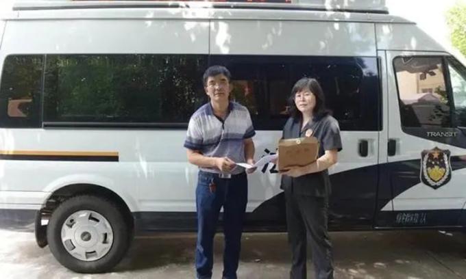 Ông Từ Huệ Minh nhận được quyết định từ tòa án, hưởng 12m2 đất từ người hàng xóm đã mất cách đây 4 năm. Ảnh: sina