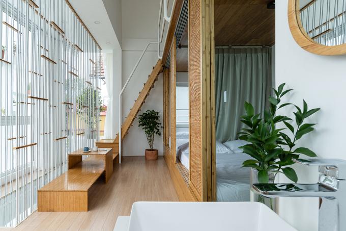 Các phòng ngủ nằm sát nhau nhưng có cửa riêng và ngăn cách bằng vách kính, rèm che. Hệ dây văng cầu thang như lớp rèm che chắn, tăng độ riêng tư cho các phòng ngủ. Ảnh: Quang Dam.