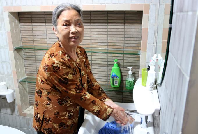 Bà Ngô Thị Un sinh hoạt trong phòng tắm mới, tiện nghi. Ảnh: Giang Chinh.