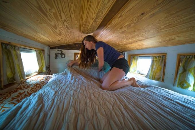 Cô phải trườn để dọn giường mỗi sáng. Ảnh: Alexis Stephens.