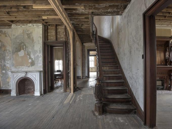 Dinh thự vẫn còn nguyên lò sưởi, cầu thang gỗ chắc chắn, điêu khắc cầu kỳ. Ảnh: Michael DeRosa Exchange, LLC.