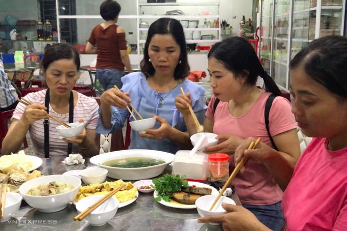 Đoàn cứu trợ của bà Hiền dùng bữa cơm tại quán cơm miễn phí dành cho các đoàn thiện nguyện. Ảnh: Hoàng Táo
