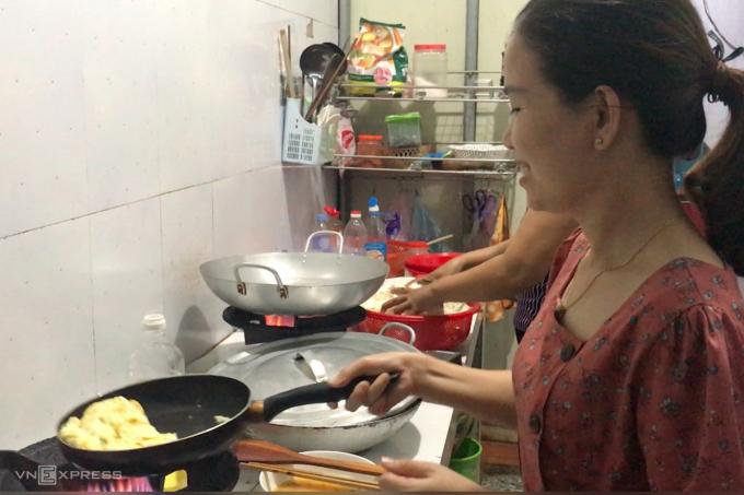 Chị Hạnh rán trứng phục vụ các đoàn khách. Ảnh: Hoàng Táo