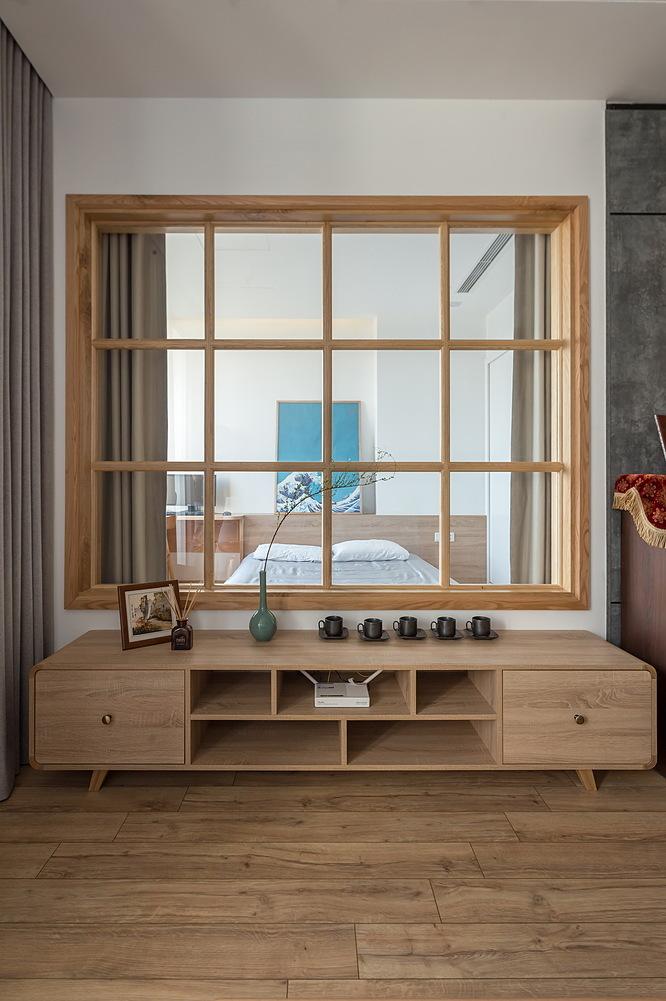 Vách kính ngăn ô đằng sau kệ tivi giúp công trình sáng sủa, rộng rãi và thêm chất Nhật. Ảnh: