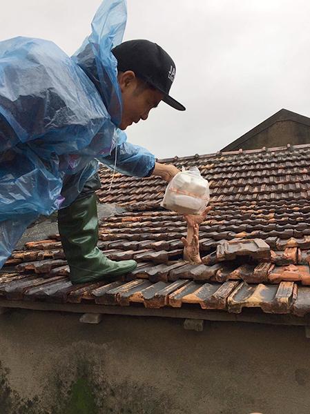 Phát và cứu trợ thức ăn tại nhà ông Hoan, xóm Đồng Lực, thôn Đồng Tư, xã Hiền Ninh, huyện Quảng Ninh, tỉnh Quảng Bình. Ảnh: Hoàng Văn Thân.