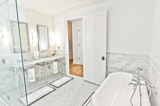 Gương là một trong những sự lựa chọn tốt nhất cho phòng tắm không cửa sổ. Ảnh: HGTV