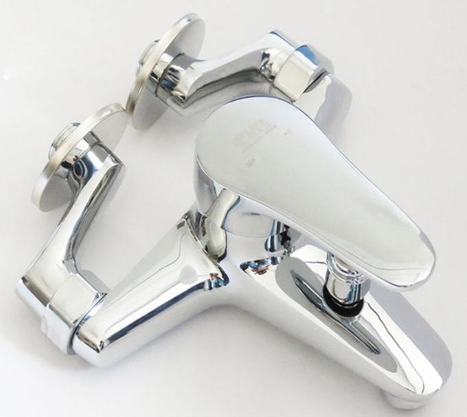 Củ sen nóng lạnh chân ngoài Eurolife EL-6001-New làm từ đồng 61% mạ chrome và niken 3 lớp. Thân vòi cong. Đầu vòi được thiết kế với công nghệ dòng nước xoáy, tạo bọt, chống văng bắn và tiết kiệm nước. Ốc kết nối bằng đồng, kết hợp với ốc đai bằng inox 304. Van ceramic tuổi thọ 160.000 lần sử dụng (tương ứng 30 lần sử dụng mỗi ngày trong 15 năm liên tục), cho dòng chảy tối đa 18l/min với áp suất 0.5MPA. Chân quỳ làm từ đồng H61 cùng roong cao su chịu nhiệt 2 tầng, có thể điều chỉnh linh động trong khoảng cách từ 55mm tới 250mm (khoảng cách lỗ chờ chuẩn cho sản phẩm là 150mm). Bộ sản phẩm (gồm củ sen, chân kết nối, roong cao su chịu nhiệt và nắp che) bảo hành 4 năm, bán giá ưu đãi 25% dịp cuối tuần còn 720.000 đồng.