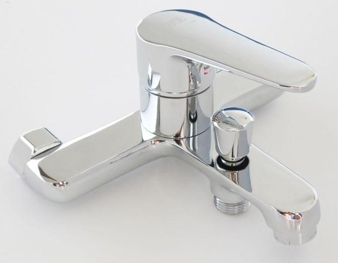 Củ sen nóng lạnh Eurolife EL-7001 màu trắng bạc được đúc trọng lực bằng hợp kim đồng 61%, mạ chrome 0.3micro và Niken 10micro. Thân vòi được thiết kế vuông kết hợp các đường cong. Đầu vòi được thiết kế với công nghệ dòng nước xoáy, tạo bọt, chống văng bắn và tiết kiệm nước. Ốc kết nối bằng đồng, ốc đai bằng Inox 304. Van Ceramic đảm bảo 160.000 lần sử dụng, cho dòng chảy tối đa 18l/min với áp suất 0.5MPA. Chân quỳ có thể điều chỉnh linh động trong khoảng cách từ 140mm tới 170mm (khoảng cách lỗ chờ chuẩn cho sản phẩm là 150mm). Bộ sản phẩm (gồm củ sen, chân kết nối, tay sen tăng áp, dây sen 150cm và bát gác tay sen) bảo hành 4 năm, bán giá ưu đãi 25% dịp cuối tuần là 892.500 đồng.