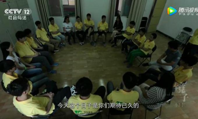 Lớp học gồm 17 thành viên, đa phần là những đứa trẻ bỏ học hoặc muốn tự tử vì bị bố mẹ kiểm soát quá chặt. Ảnh: CCTV12.